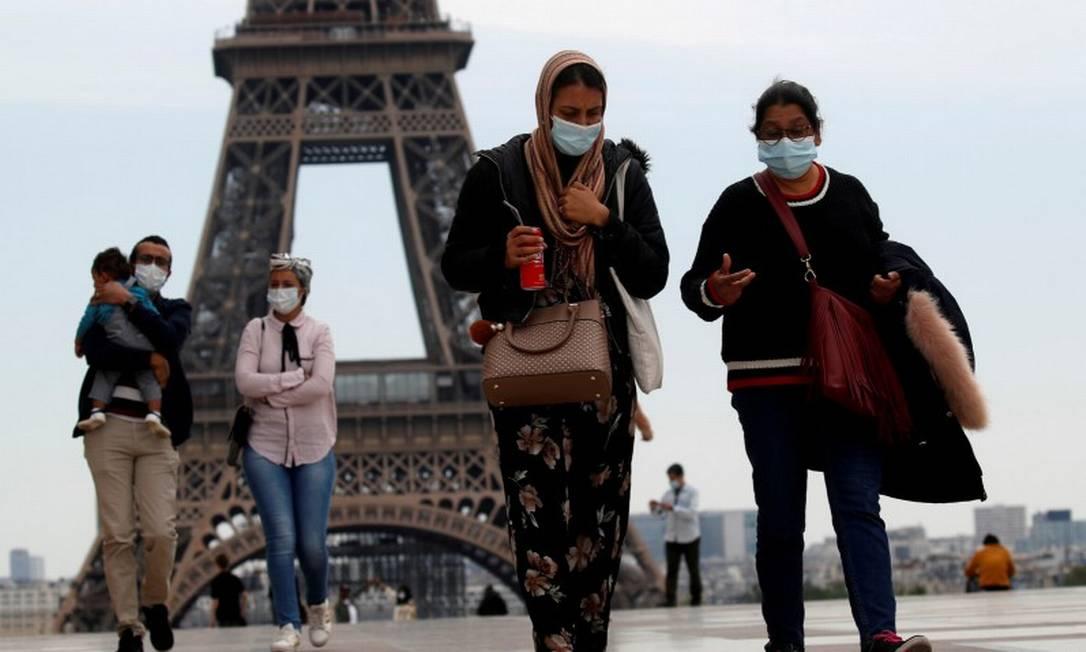 Em Paris, pessoas caminham de máscaras no Trocadero, nas proximidades da torre Eiffel Foto: Gonzalo Fuentes / REUTERS / 16-05-2020
