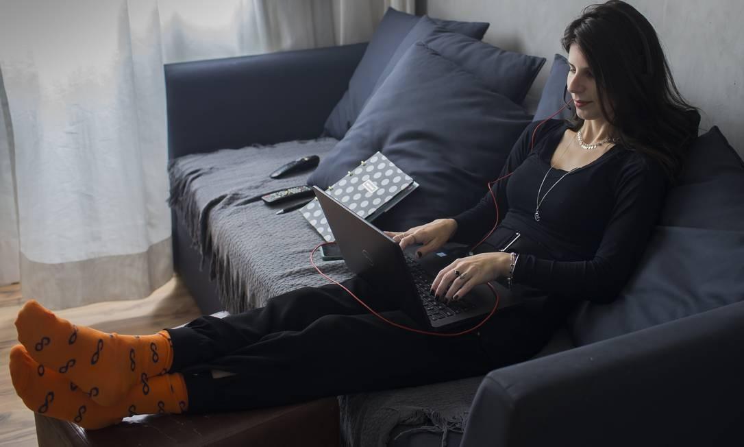 A economista Aline Mantovan, funcionária do grupo XP, trabalha em casa desde o início da pandemia. Foto: Edilson Dantas / Agência O Globo