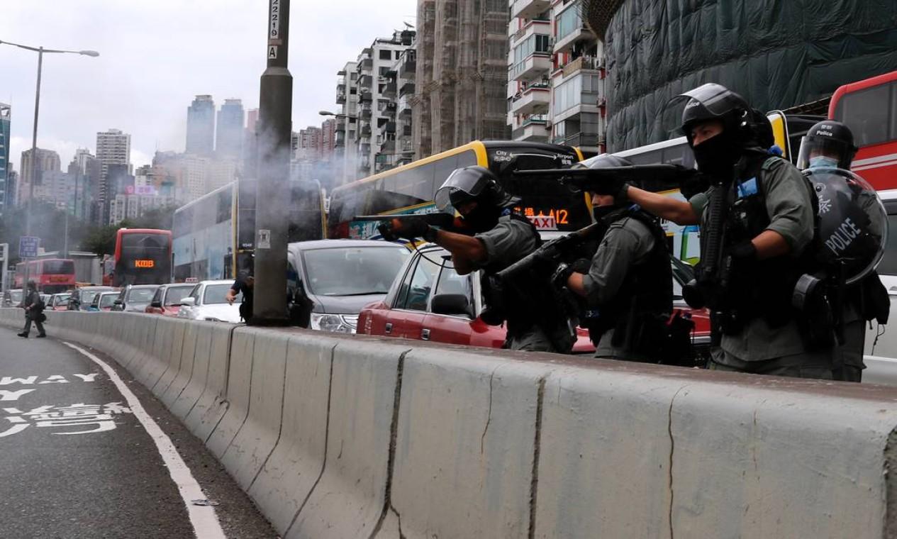 Policiais disparam balas de borracha para dispersar manifestantes em Hong Kong Foto: TYRONE SIU / REUTERS