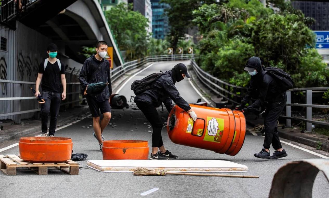 Manifestantes bloqueiam estradas no distrito de Causeway Bay, em Hong Kong Foto: ISAAC LAWRENCE / AFP