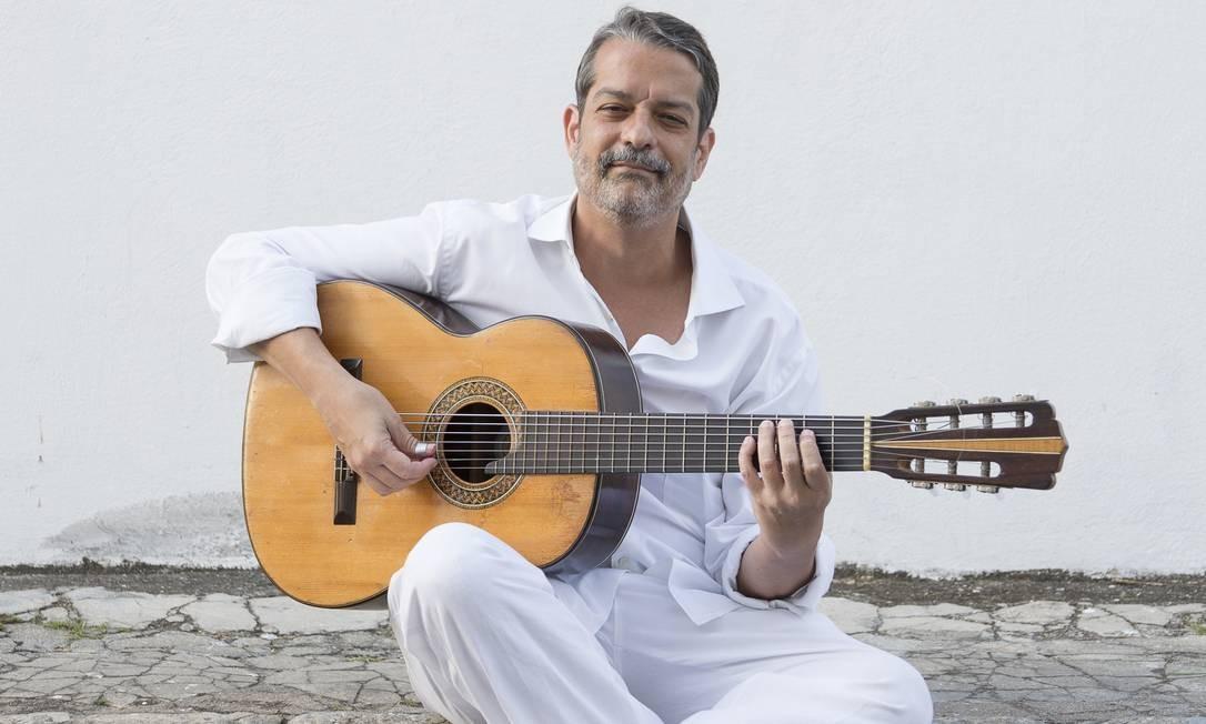 Luís Filipe de Lima abraçado com Seu Sete, o violão de sete cordas Foto: Divulgação/Leo Aversa