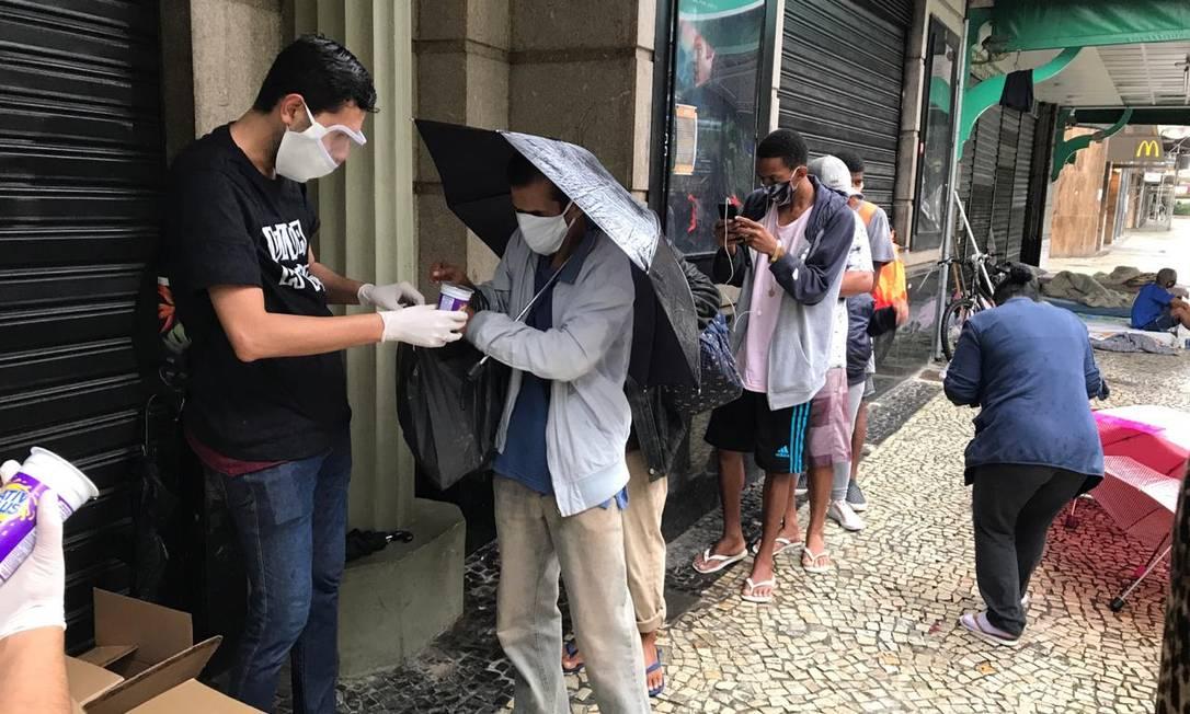 Grupo Pela Vidda-RJ distribuiu lanches a moradores de rua Foto: Divulgação