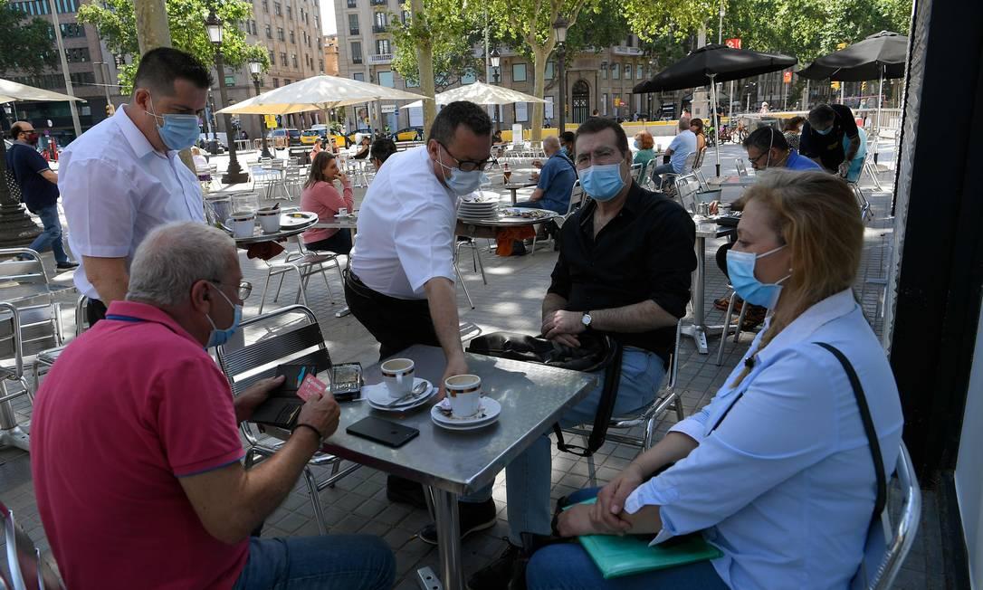 Em nova fase do desconfinamento, terraços de bares reabrem em Barcelona Foto: LLUIS GENE / AFP/25-05-2020