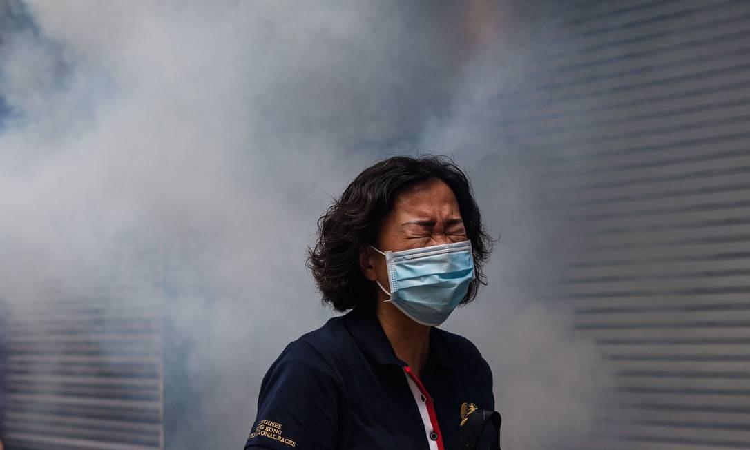 Em um dos protestos mais violentos dos últimos meses em Hong Kong, policia usa gás lacrimogêno para dispersar manifestantes Foto: ANTHONY WALLACE / AFP/24-05-2020