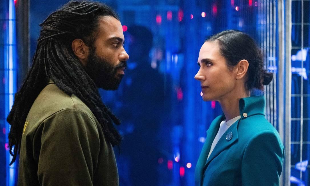 """O protagonista Andre Layton (Daveed Diggs) e a """"voz"""" do trem, Melanie Cavill (Jennifer Connelly) Foto: Divulgação"""