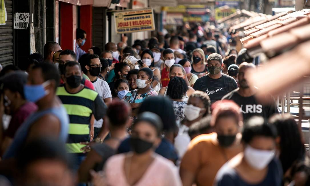 Pessoas aglomeram-se com reabertura do comércio Foto: Hermes de Paula / Agencia O Glob / Agência O Globo