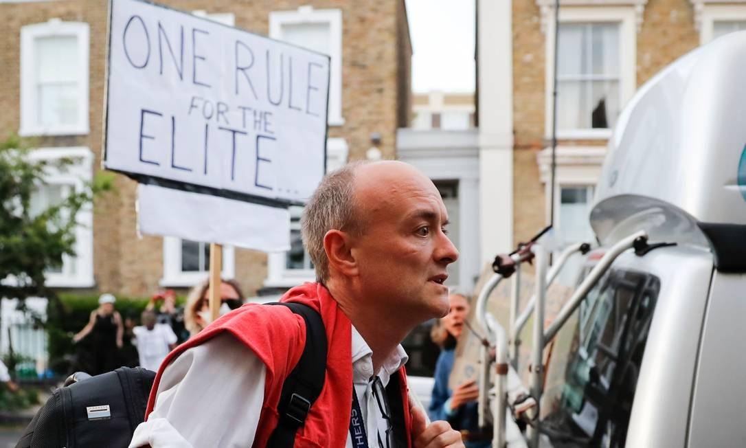 Dominic Cummings chega em casa, em Londres, após entrevista coletiva sobre quebra de quarentena com a família Foto: TOLGA AKMEN / AFP