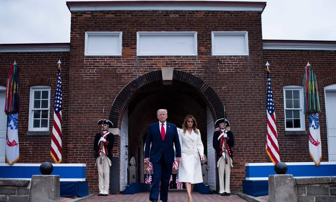 Donald Trump e a primeira-dama, Melania, durante evento do Memorial Day no Forte McHenry, em Baltimore Foto: BRENDAN SMIALOWSKI / AFP