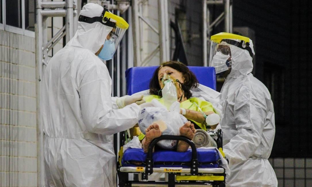 Equipe de profissionais de saúde do Hospital Leonardo Da Vinci, em Fortaleza, usam equipamentos de proteção individual (EPIs) para atenderem pacientes com Covid-19. Foto: Mateus Dantas/Zimel Press / Agência O Globo
