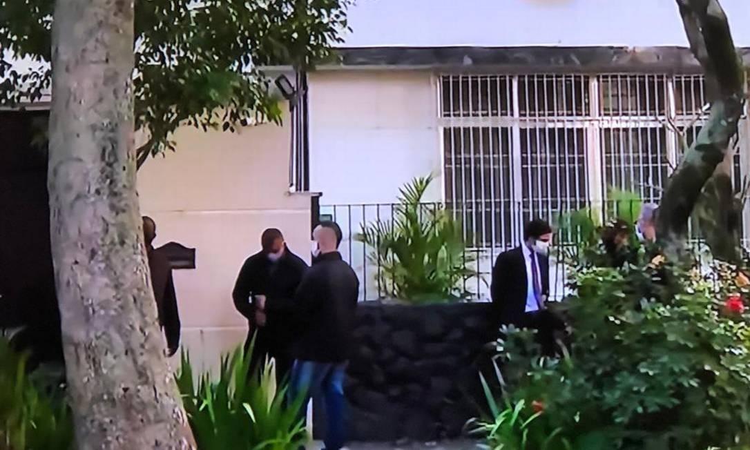 Policiais federais comprem mandado de busca e apreensão na residência particular de Witzel, no Grajaú Foto: Reprodução / TV Globo