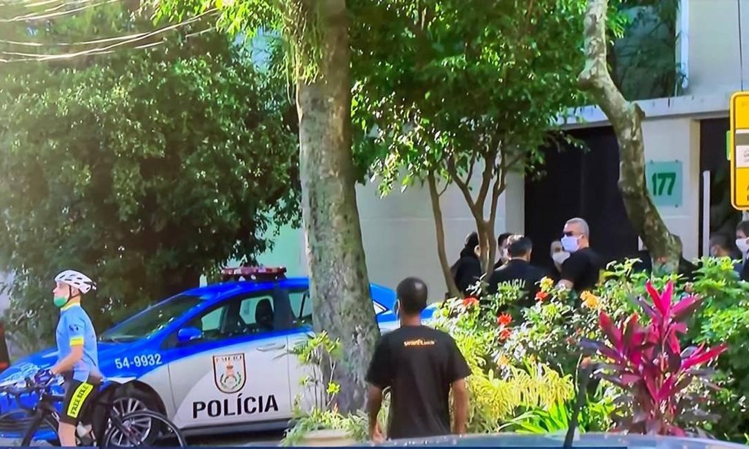 Policiais federais em frente à residência particular de Witzel, no Grajaú Foto: Reprodução TV Globo