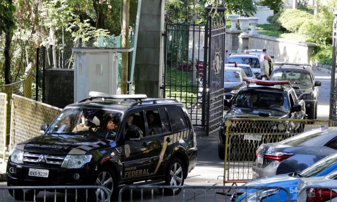 Equipe da PF durante a operação Placebo no Palácio Laranjeiras, residência oficial do governador Wilson Witzel Foto: Domingos Peixoto / Agência O Globo