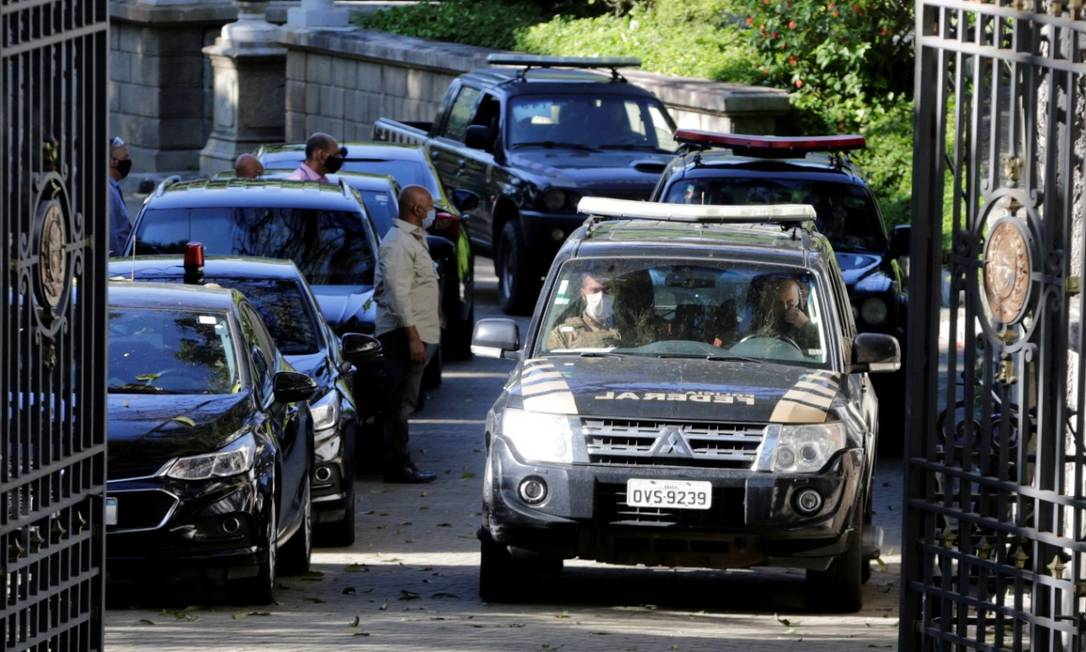 Veículos da Polícia Federal na operação Placebo no Palácio Laranjeiras, residência oficial do governador Wilson Witzel Foto: Domingos Peixoto / Agência O Globo