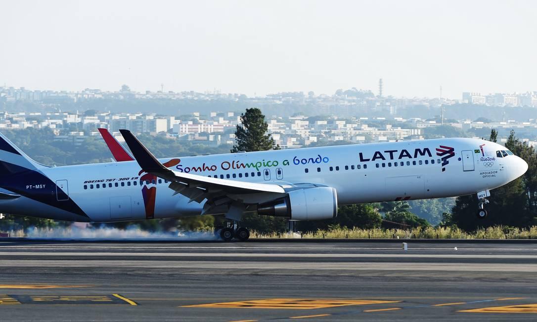 Avião da companhia aérea Latam Foto: Evaristo Sá / AFP