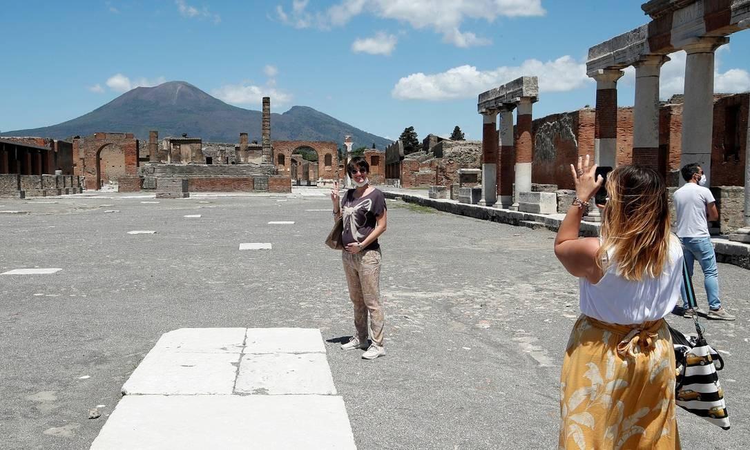 Turistas italianas visitam as ruínas de Pompeia, reabertas nesta terça Foto: Ciro de Luca / Reuters