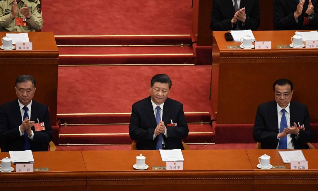 Ao centro, Xi Jinping, presidente da China, durante reunião do Congresso Nacional do Povo na segunda-feira; à esquerda, o premier Li Keqiang; à direita, Wang Yang, integrante do Parlamento Foto: NOEL CELIS / AFP