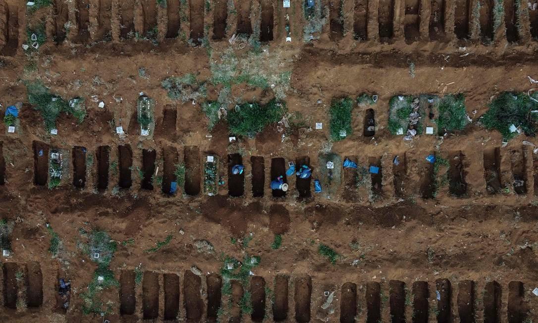 Vista aérea do cemitério de Vila Formosa, em São Paulo, em 22 de maio, durante pandemia. Foto: NELSON ALMEIDA / AFP