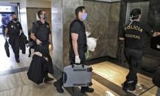 Policiais federais chegam à sede da PF no Rio com material apreendido na operação Placebo Foto: FABIO MOTTA / AFP