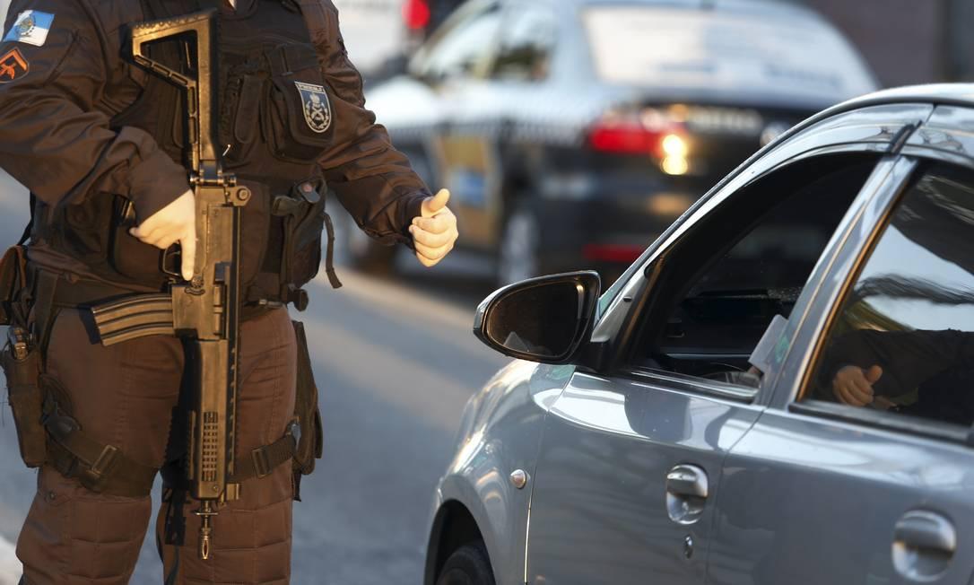 Policial militar em atividade próximo à entrada da ponte Rio-Niterói Foto: Fabiano Rocha / Agência O Globo