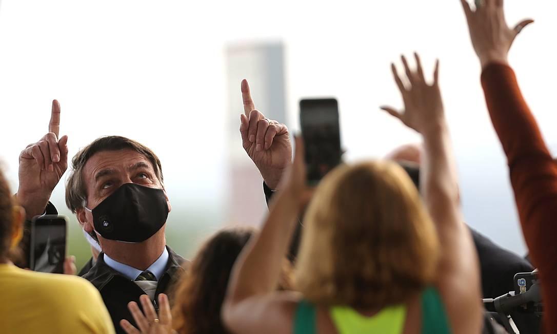 O presidente Jair Bolsonaro cumprimenta apoiadores na saída do Palácio da Alvorada Foto: Jorge William/Agência O Globo/25-05-2020