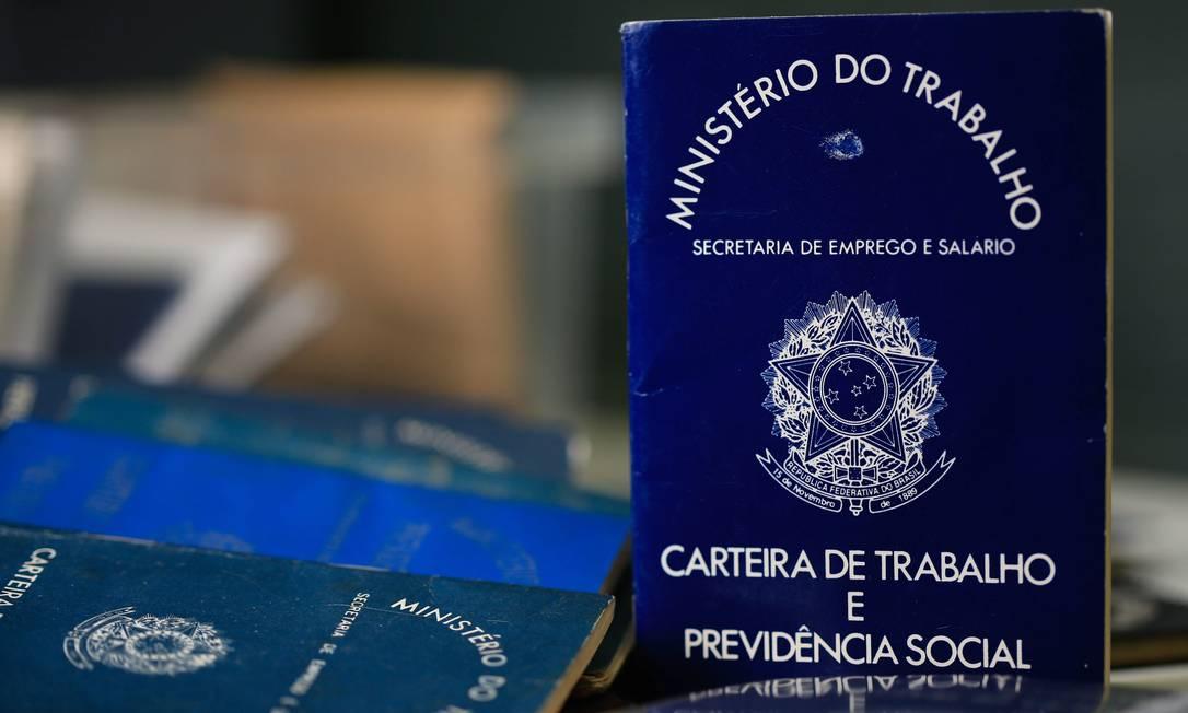 Carteira de Trabalho. Dados do emprego não eram divulgados desde janeiro Foto: Roberto Moreyra / Agência O Globo