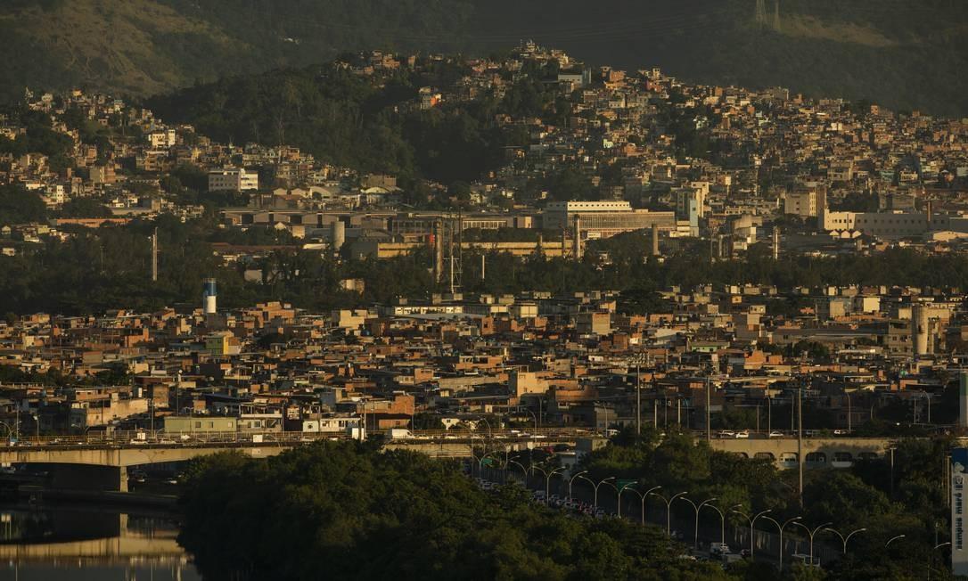 Complexo de favelas da Maré, às margens da Linha Vermelha, via expressa que liga a cidade do Rio à Baixada Fluminense Foto: Gabriel Monteiro / Agência O Globo
