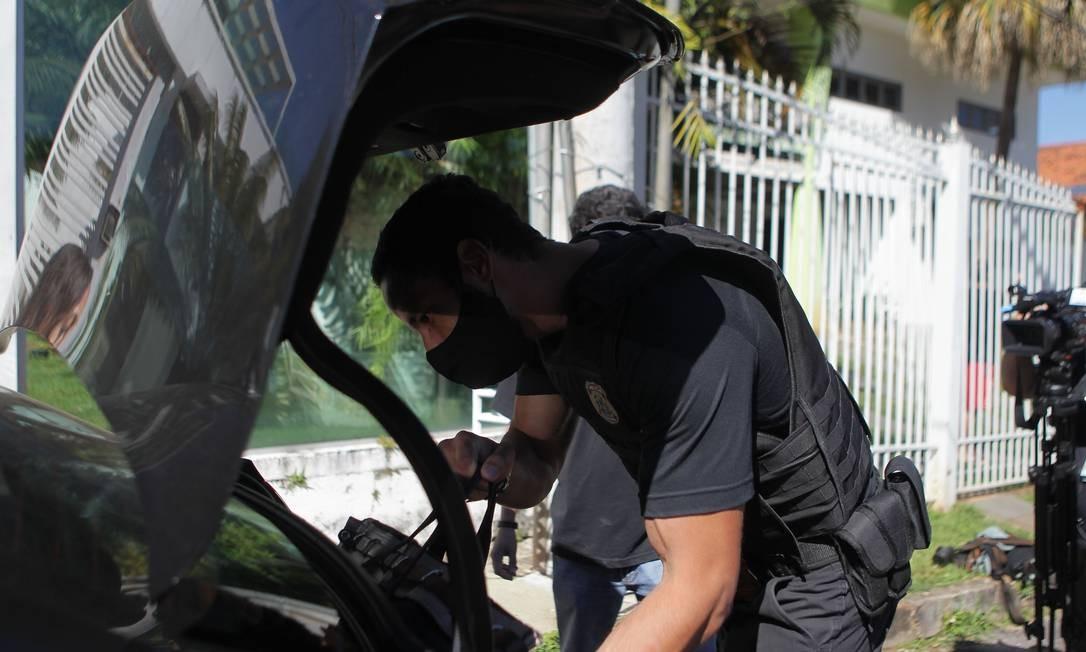 Brasília. Agente da PF guarda material apreendido na casa do bolgueiro, Allan Santos, no Lago Sul, Brasília Foto: Jorge William / Agência O Globo