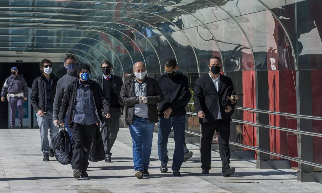 Agentes da Polícia Federal usam máscara de proteção durante operações em meio à pandemia Foto: Edilson Dantas / Agência O Globo