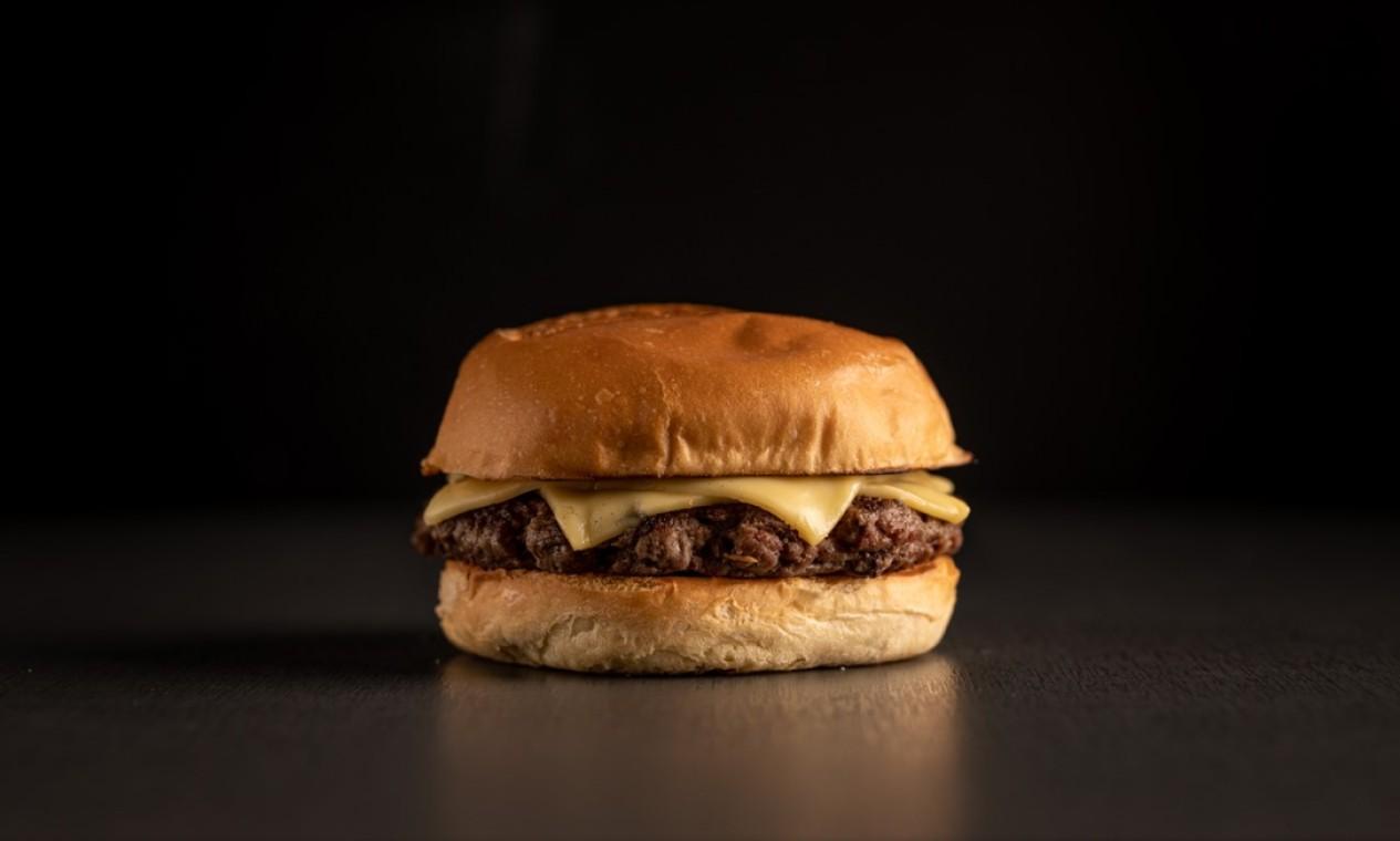 Bullguer: hambúrguer Standard (pão, carne e queijo) que sai por R$ 10 (das 15h às 18h). Foto: Divulgação