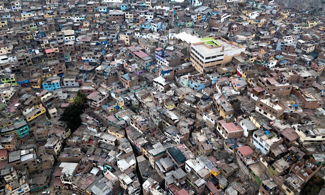 Favela na colina de San Cristobal, nos arredores de Lima, capital do Peru Foto: Cris Bouroncle / AFP