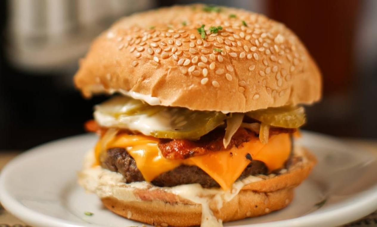 Os Imortais: um dos destaques é o Hércules, hambúrguer de fraldinha com bacon, queijo e barbecue no pão; com fritas Foto: Divulgação/Paula Giolito