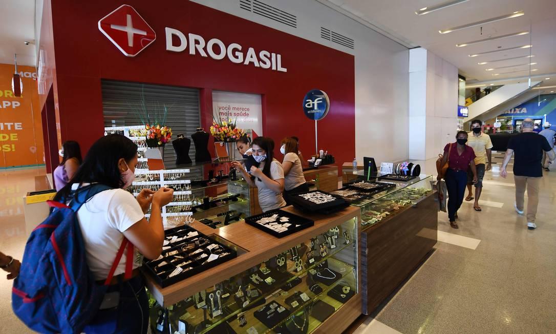 A partir desta quarta-feira (27), centros comerciais poderão abrir de 13h às 21h Foto: EVARISTO SA / AFP