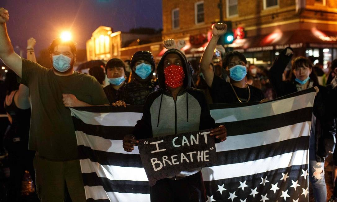 """""""Eu não consigo respirar"""". Americanos protestam depois de homem negro morrer após ser sufocado por um policial na cidade de Minneapolis Foto: Kerem Yucel / AFP"""