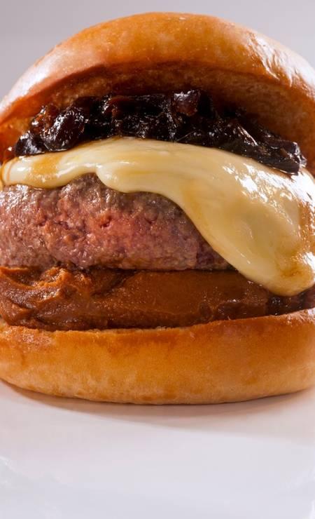 Irajá: no cardápio tem hambúrguer de costela, compota de bacon, queijo meia cura e cebola caramelizada Foto: Divulgação/Alexander Landau
