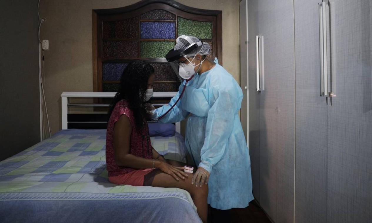 A fisioterapeuta Ana Carolina Xavier, do programa de cuidado da família, atende uma paciente com COVID-19 em uma periferia do Rio de Janeiro Foto: RICARDO MORAES / REUTERS