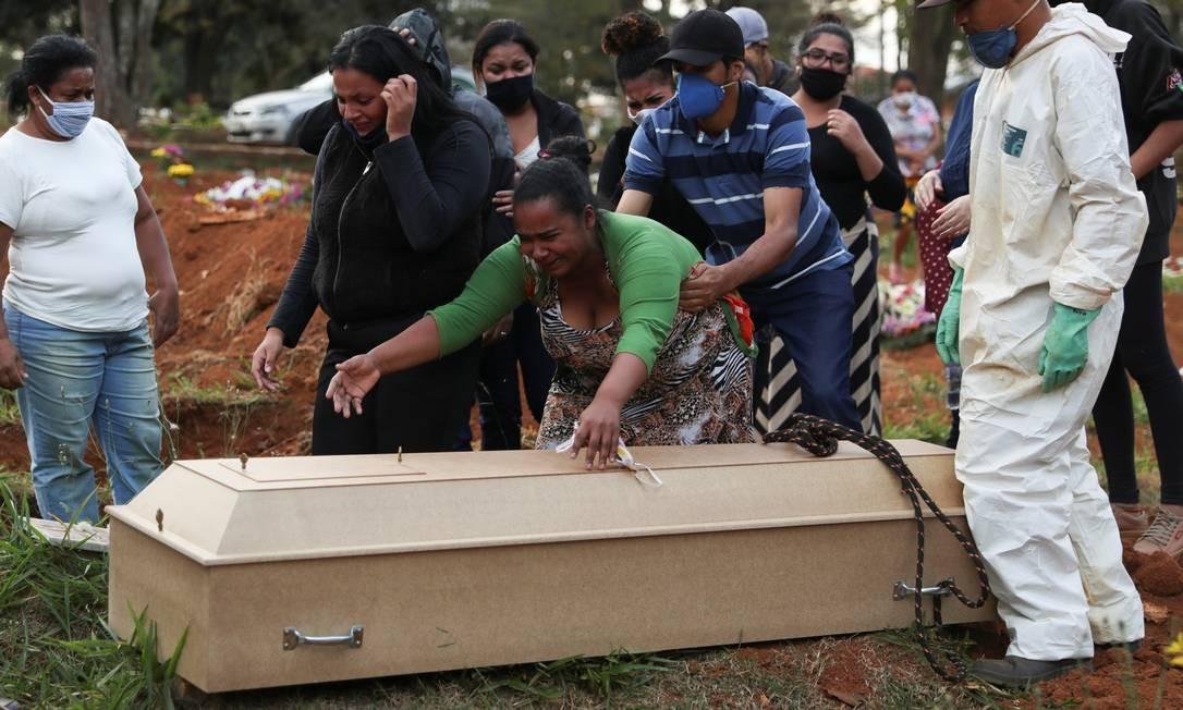 Parentes acompanham enterro de uma vítima do novo coronavírus, no cemitério de Vila Formosa, o maior cemitério do Brasil, em São Paulo Foto: AMANDA PEROBELLI / REUTERS