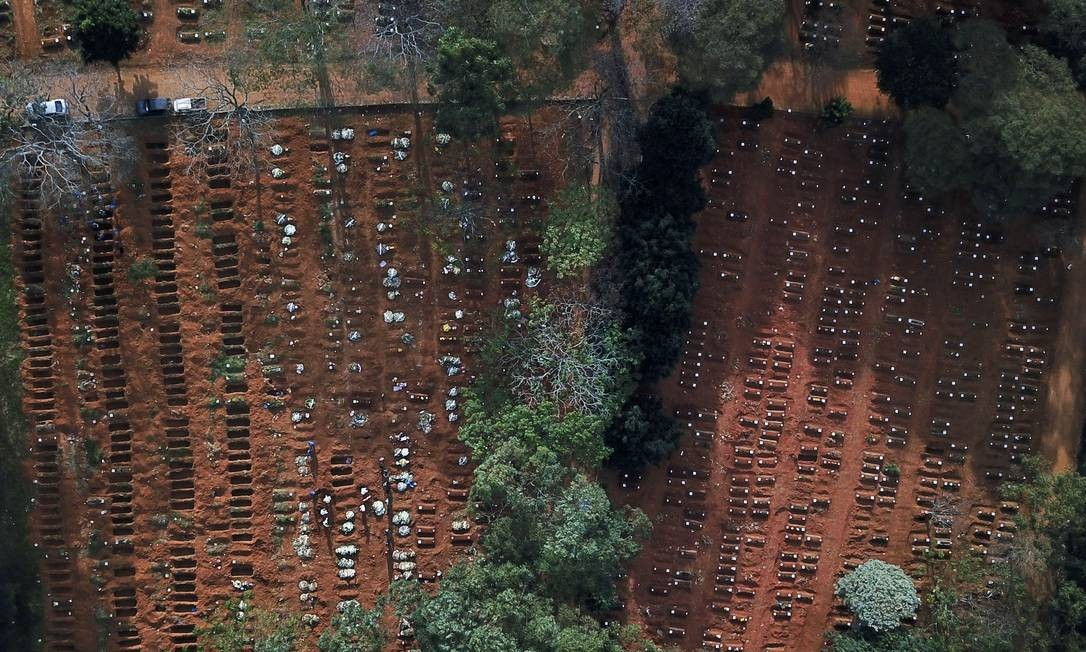 Vista aérea de sepulturas abertas e ocupadas durante o surto de COVID-19, no cemitério de Vila Formosa, em São Paulo Foto: AMANDA PEROBELLI / REUTERS