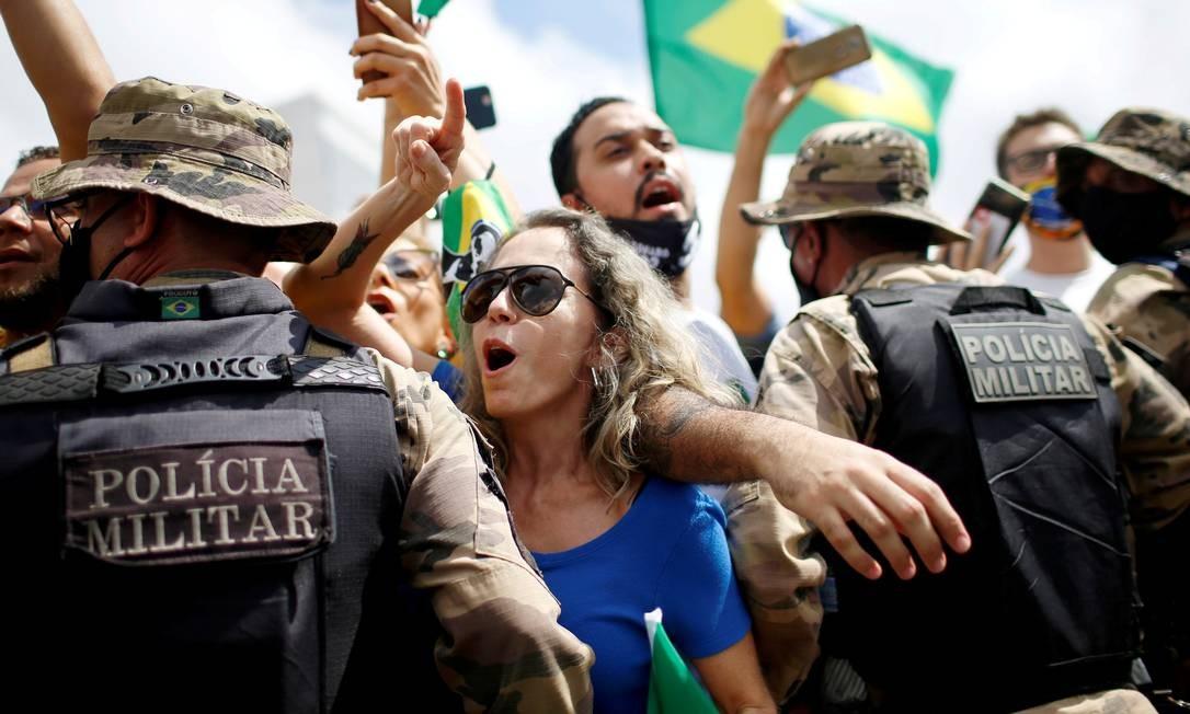 Manifestantes participam de um protesto a favor do presidente brasileiro Jair Bolsonaro, em frente ao Palácio do Planalto, em meio ao surto de doença por coronavírus, em Brasília Foto: ADRIANO MACHADO / REUTERS