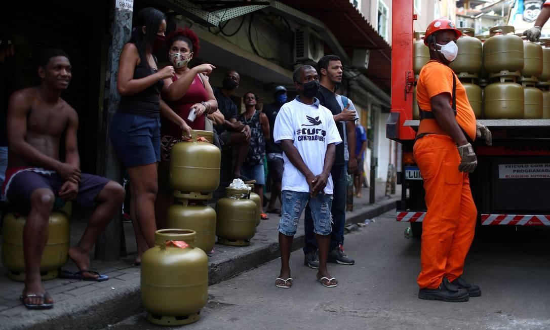 Pessoas esperam para receber doações de botijões de gás de cozinha distribuídas pela Central Única das Favelas (CUFA), na favela da Rocinha, durante a pandemia de Covid-19 Foto: PILAR OLIVARES / REUTERS