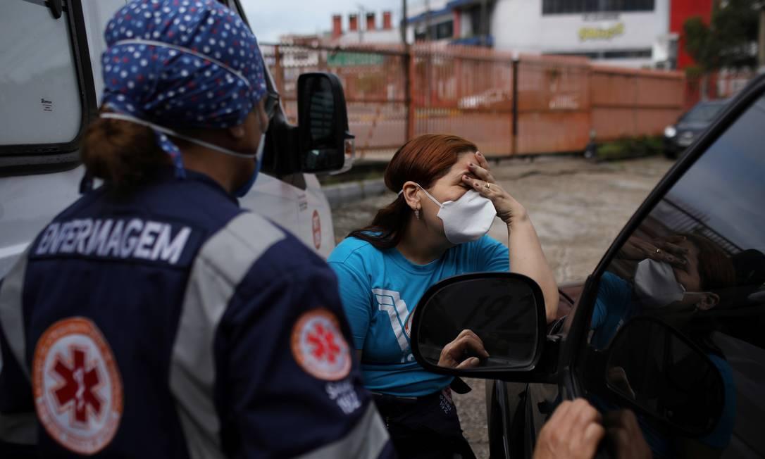 Alessandra Said, 45, médica do Serviço de Resgate de Emergência (SAMU), reage após receber notícias sobre outro colega que foi infectado durante a disseminação da doença, em Manaus Foto: BRUNO KELLY / REUTERS