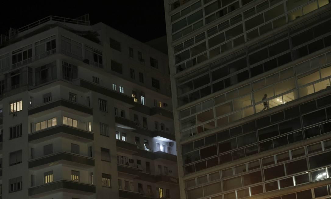 Homem corre dentro de seu apartamento durante o surto de coronavírus o Rio de Janeiro Foto: RICARDO MORAES / REUTERS