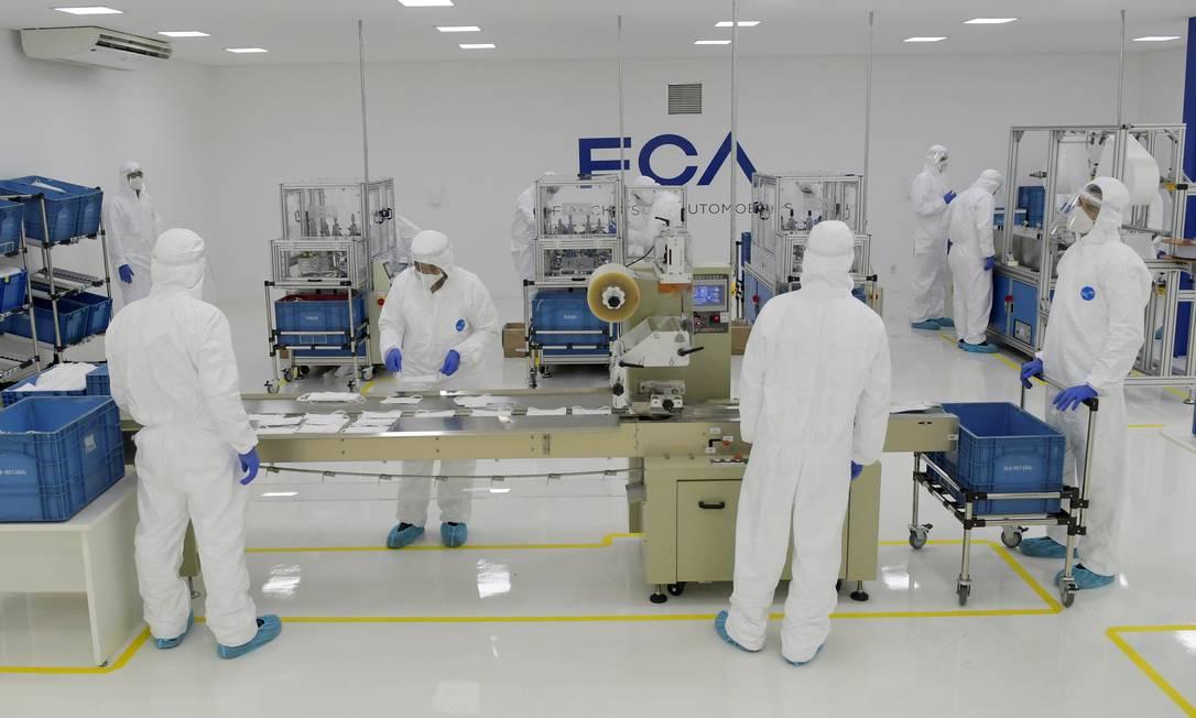 Operários da Fiat Chrysler Automobiles produzem máscaras protetoras na fábrica de montagem em Betim, perto de Belo Horizonte, Minas Gerais Foto: WASHINGTON ALVES / REUTERS