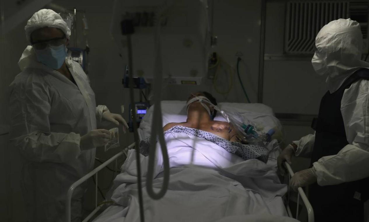Membros da equipe médica fazem um raio-X do pulmão de um paciente com COVID-19 na Unidade de Terapia Intensiva (UTI) de um hospital de campanha em Guarulhos, São Paulo Foto: AMANDA PEROBELLI / REUTERS