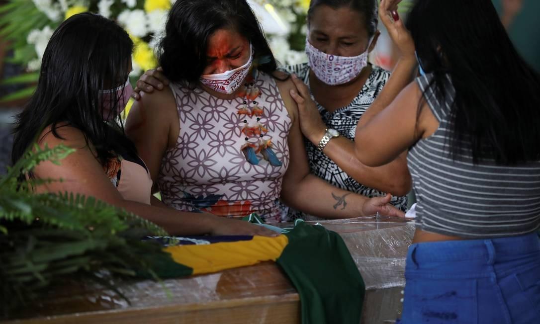 Indígenas participam do funeral do chefe Messias Kokama, 53, do Parque das Tribos, que morreu pelo novo coronavírus, em Manaus, Brasil Foto: BRUNO KELLY / REUTERS