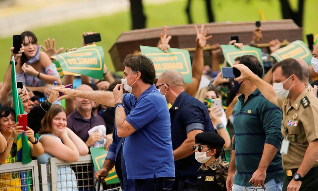 O presidente Jair Bolsonaro cumprimenta apoiadores durante um protesto contra o presidente da Câmara dos Deputados, Rodrigo Maia, o Supremo Tribunal Federal (STF), e as medidas de quarentena e distanciamento social, em meio ao surto de coronavírus, em Brasília Foto: ADRIANO MACHADO / REUTERS