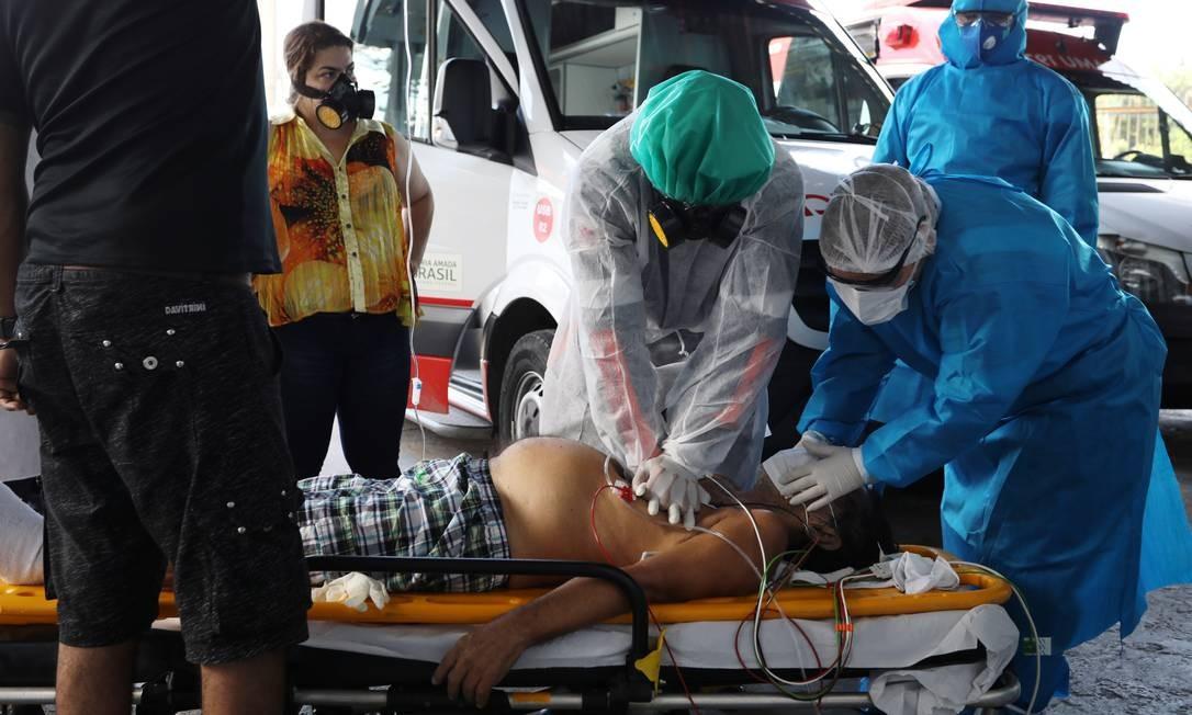 Médicos do Serviço de Resgate de Emergência (SAMU) tentam reanimar um paciente com suspeita de COVID-19, em Manaus Foto: BRUNO KELLY / REUTERS