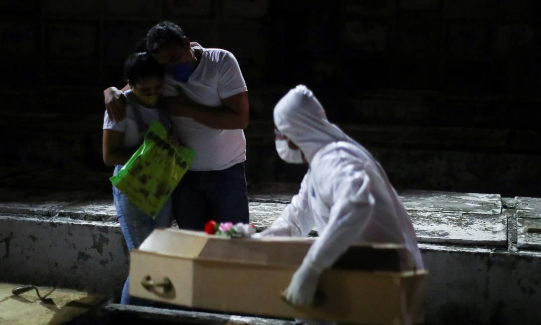 Parentes de uma menina de um ano que morreu pela COVID-19 acompanham o enterro em um cemitério no Rio de Janeiro Foto: PILAR OLIVARES / REUTERS