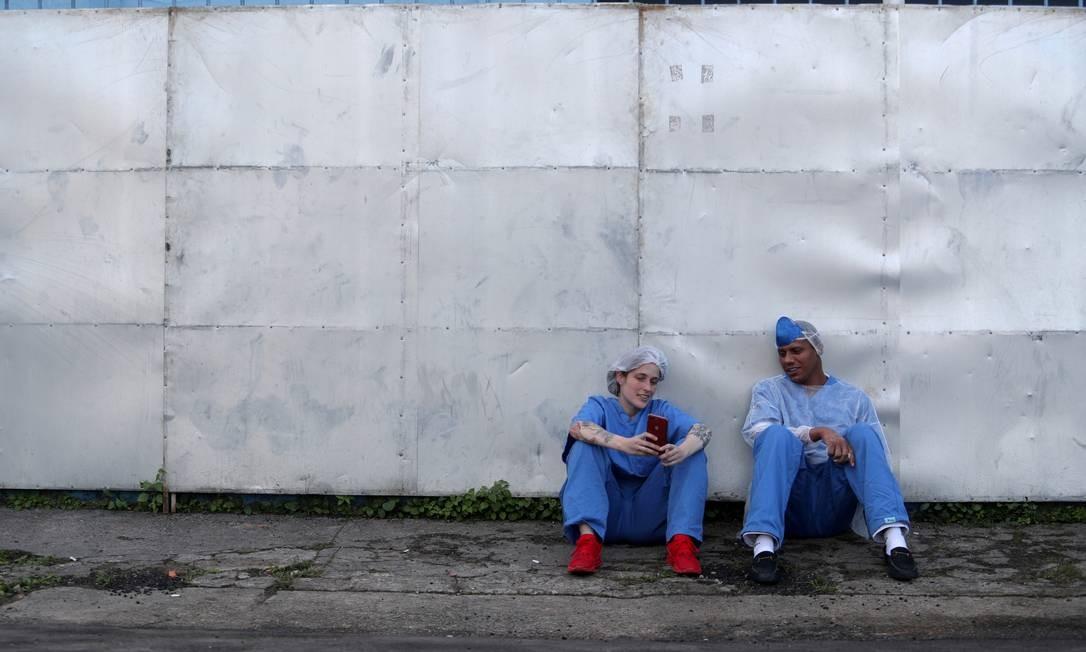 A médica Luciana Souza e o enfermeiro Edson dos Santos conversam enquanto fazem uma pausa em um hospital de campanha criado para tratar pacientes com COVID-19 em Guarulhos, São Paulo Foto: AMANDA PEROBELLI / REUTERS