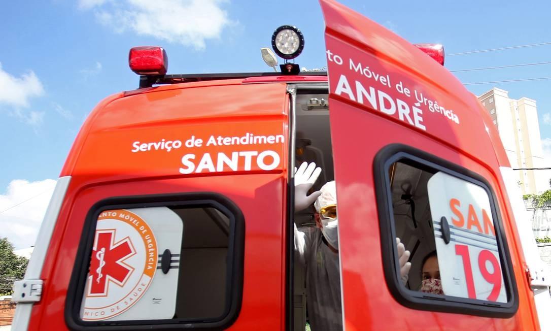 Uma enfermeira do Serviço de Resgate de Emergência (SAMU) transporta um paciente de uma unidade básica de saúde para um hospital durante a propagação do coronavírus em Santo André, São Paulo Foto: RAHEL PATRASSO / REUTERS