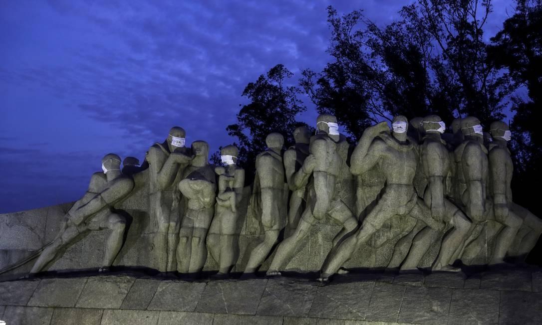 Estátuas do Monumento às Bandeiras são vistas com máscaras durante a propagação da doença por coronavírus em São Paulo Foto: AMANDA PEROBELLI / REUTERS